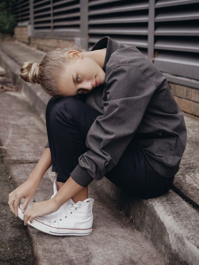 converse sneakers with black outfit